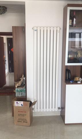 青岛亿诺暖通暖气片加盟代理公司师傅现场安装中